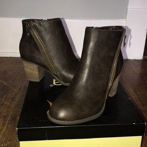 NWOT! Diba ankle booties size 7.5 in dark brown